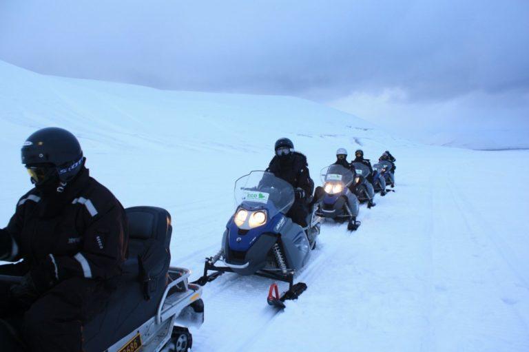 Traveling in convoy across the white desert © Hanne Knudsen/Innovasjon Norge