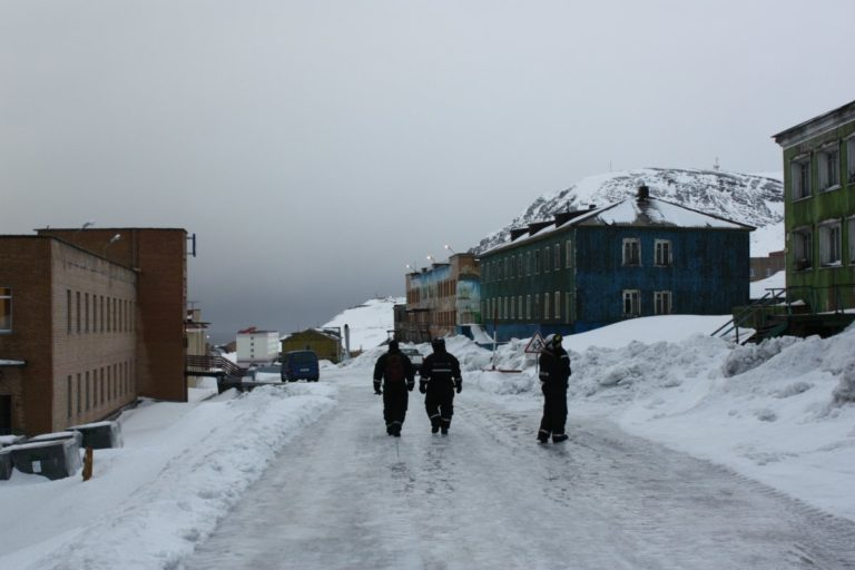 A walking tour of the settlement with your fellow snowmobilers © Hanne Knudsen/Innovasjon Norge