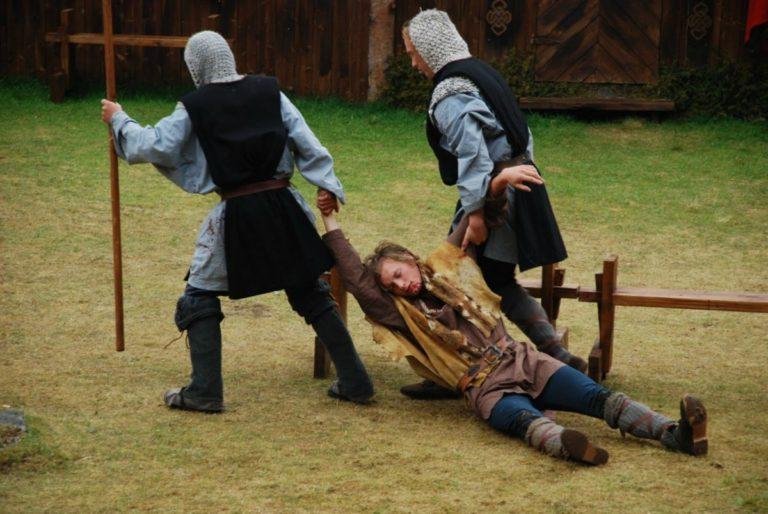 Helten føres bort for å dø © Steigen Sagaspill