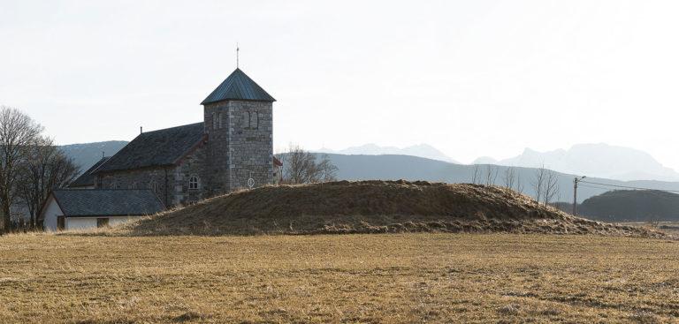 Steigen kirke og Sigarshaugen © Ernst Furuhatt