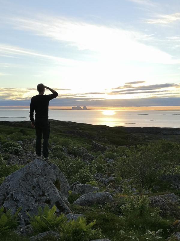 Still deg på en stein og se nordover ved midnatt © Lovund Event