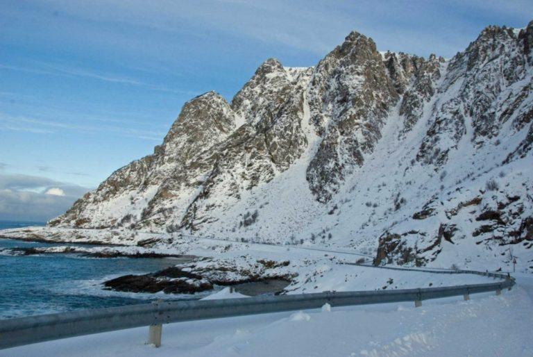 Veien slynger seg mellom hav og fjell © Knut Hansvold