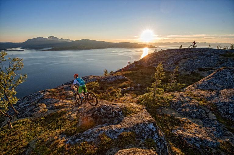 Fun midnight sun cycling at Skarbergflåget © Rune Dahl