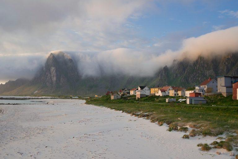 Bleik og fjellene innhyllet i tåke © Roger-Ellingsen-SV