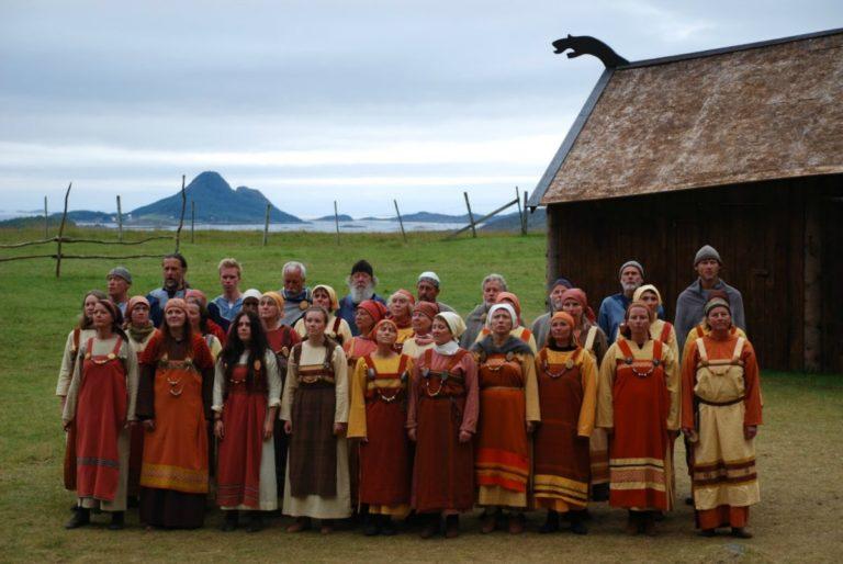 Koret i flotte kostymer © Steigen Sagaspill