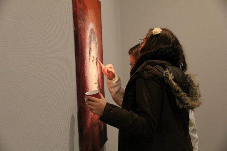 Admiring the artist's skill © SDG/Monika Anti