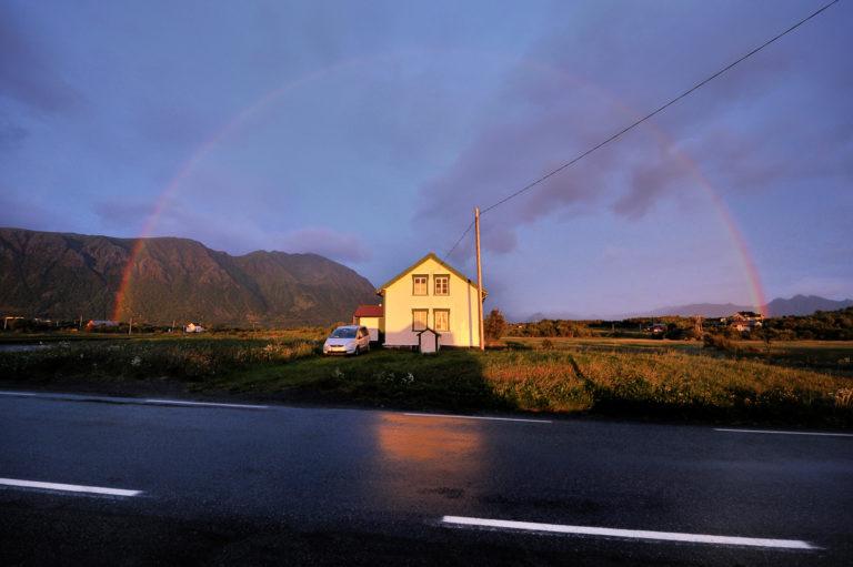 Regnbuen ved Laukvika på nordsida av Austvågøya © Jarle Wæhler/Statens vegvesen