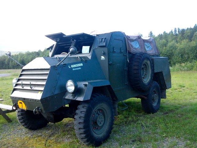 Militærkjøretøyene står på utsida © Knut Hansvold