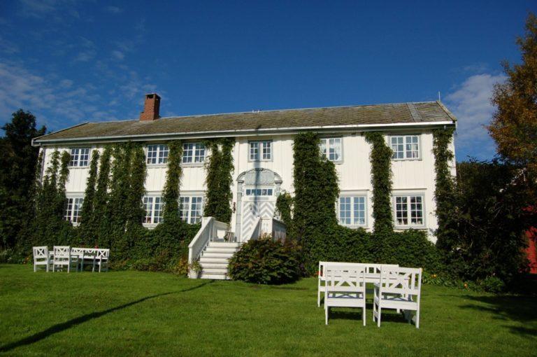 Hovedbygningen er en staselig  lån fra 1750 © Røkenes gård