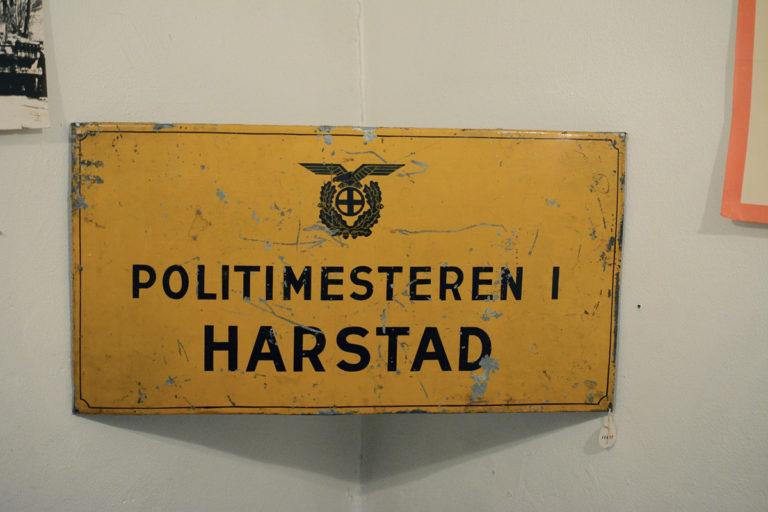 Nasjonal Samlings solkors «pryder» politiets skilter © Knut Hansvold