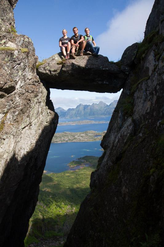Mange drømmer om å sitte på Djevelporten i Lofoten. Vær klar over at dette innebærer særdeles stor risiko © Kristin Folsland Olsen