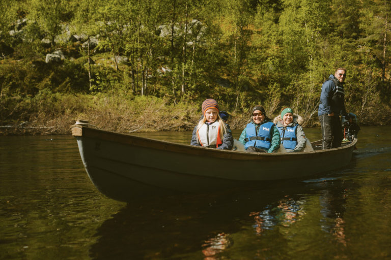 Upriver in a tour suited for all age groups © Svartfoss Adventure