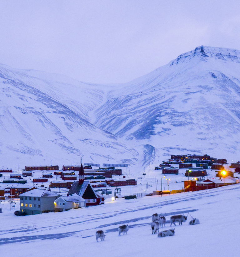 Longyearbyen sett fra vest © William Copeland
