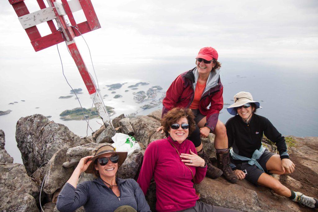 Mennesker på toppen av Festvågtind på ferie i Lofoten