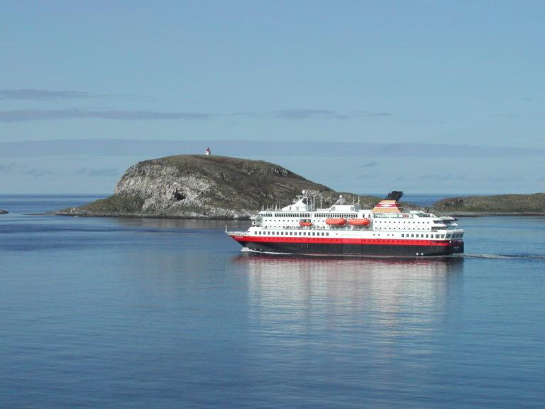 Hurtigruta på vei forbi Hornøya © Are Olaussen