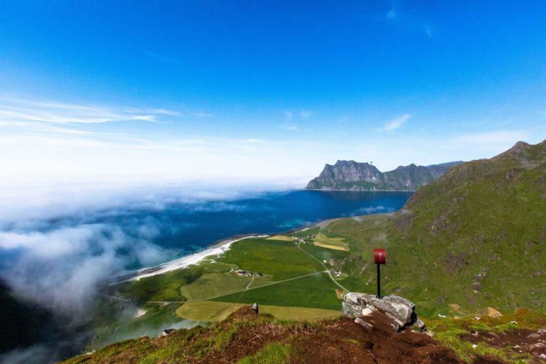Utsikten mot Uttakleiv på toppen av Mannen © Mats Hoel Johannessen