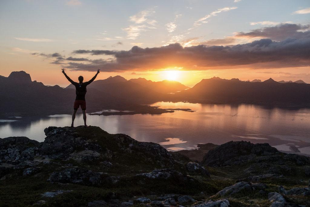 Midnattssol på toppen av et fjell i vesterålen sommeren 2019
