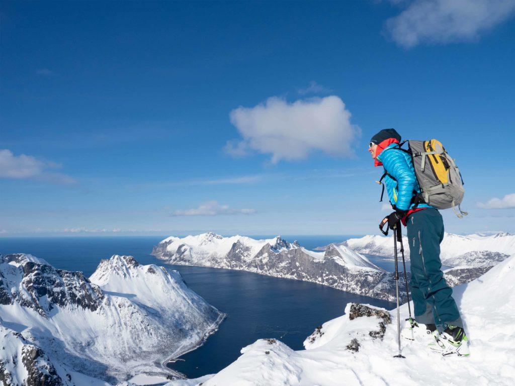 Ei jente på toppen av et fjell på Senja etter flott topptur om våren