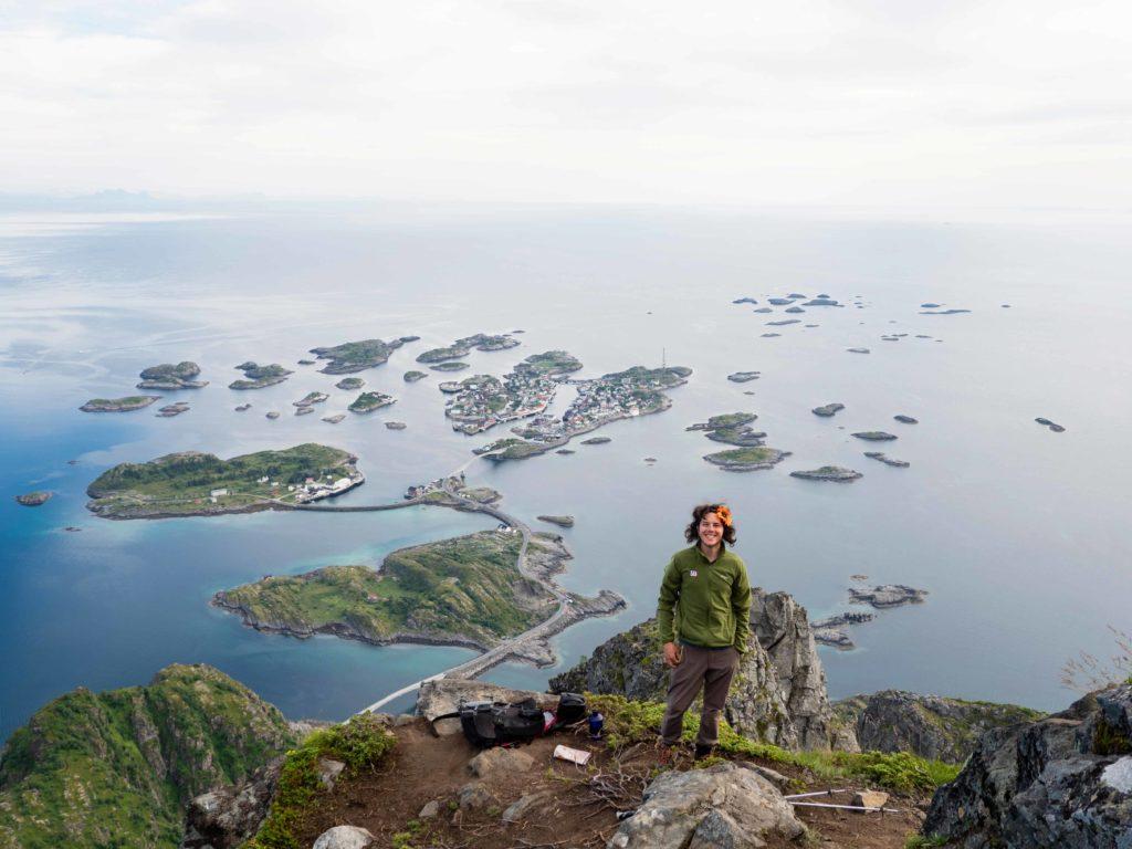 Utsikt fra toppen av Festvågtind med Henningsvær i bakgrunn