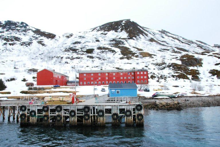 Langstrand Internat er nedlagt, men er tydelig i et slikt landskap © Knut Hansvold