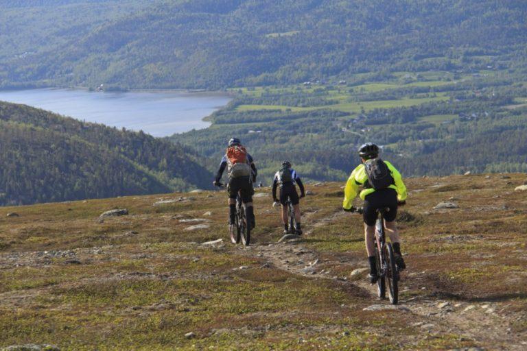 Cycling across the plateau © GLØD Explorer