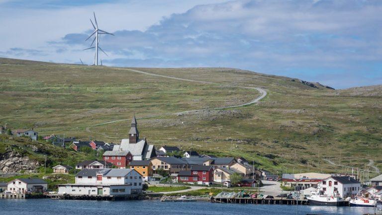 Havøysund er et tett fiskevær med vindmøller ut mot den værharde vestfronten av øya © Jarle Wæhler/Statens vegvesen