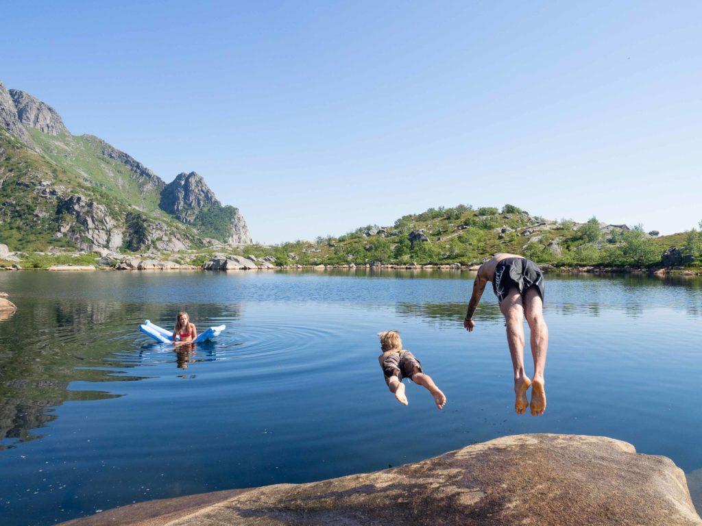 Bad i Heiavatnet ved Festvågtinden ved Henningsvær