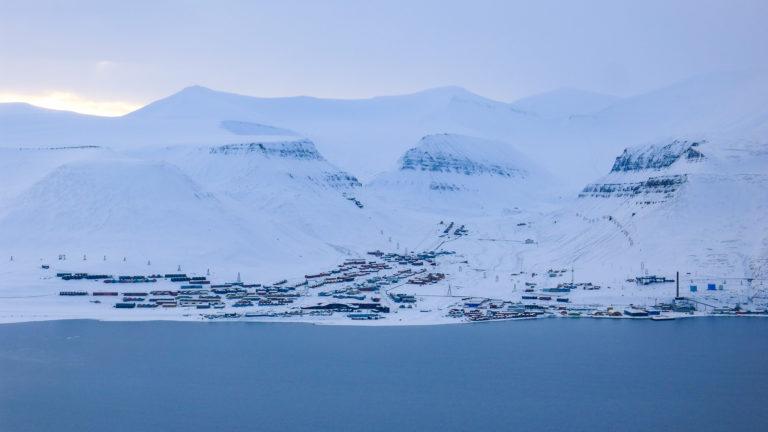 1100 kilometer fra Nordpolen ligger det et ørlite bysamfunn, Longyearbyen © William Copeland