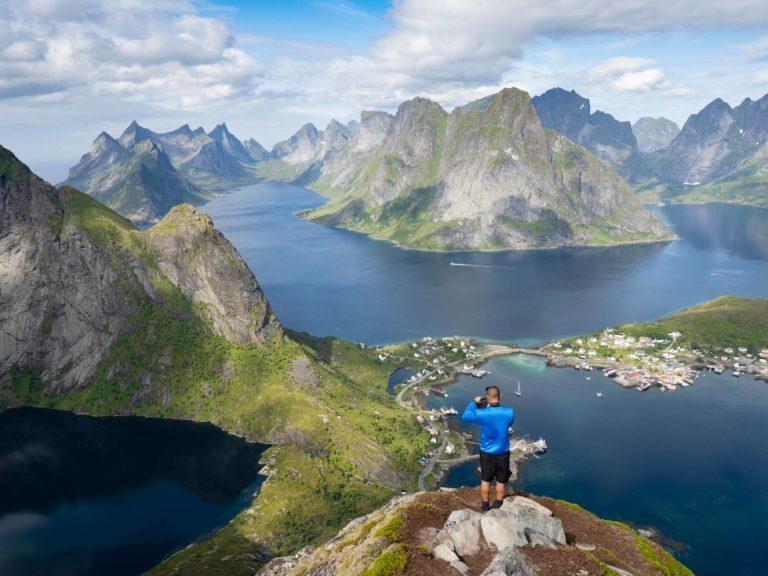 Utsikten fra toppen av Reinebringen mot Reine er enestående © Kristin Folsland Olsen