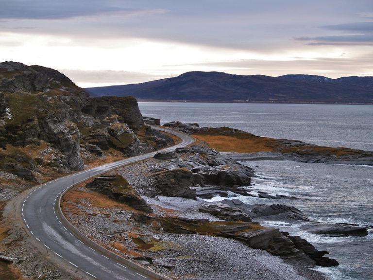 Veien svinger seg mellom klippene på veien utover © Jarle Wæhler/Statens vegvesen