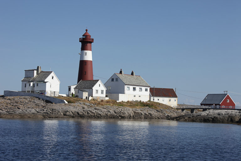 View of the lighthouse with surrounding houses © Roger Johansen