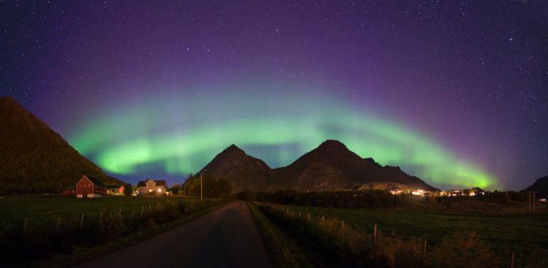 Landskapet danner en mektig bakgrunn for lyset © Øystein Lunde