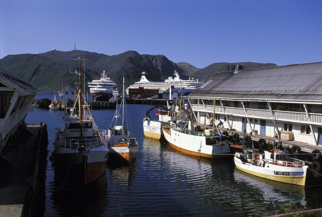 båted ved kaia i honningsvåg