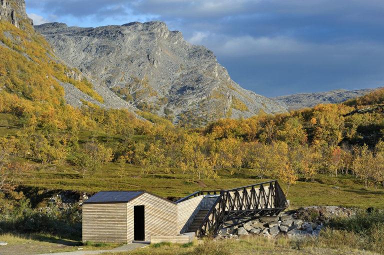 Høst langs Nasjonal turistveg til Havøysund, inne i fjorden er det frodig bjørkeskog, og anlegget glir umerkelig inn © Jarle Wæhler/Statens vegvesen
