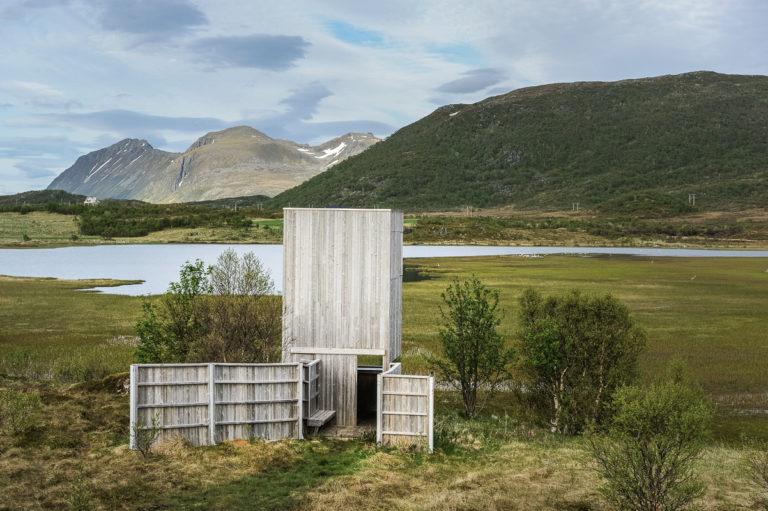 Fugletårn ved Gårdsvatnet i Lofoten. Våtmarker med vannfugler kan observeres uten å forstyrre dem © Jarle Wæhler/Statens vegvesen