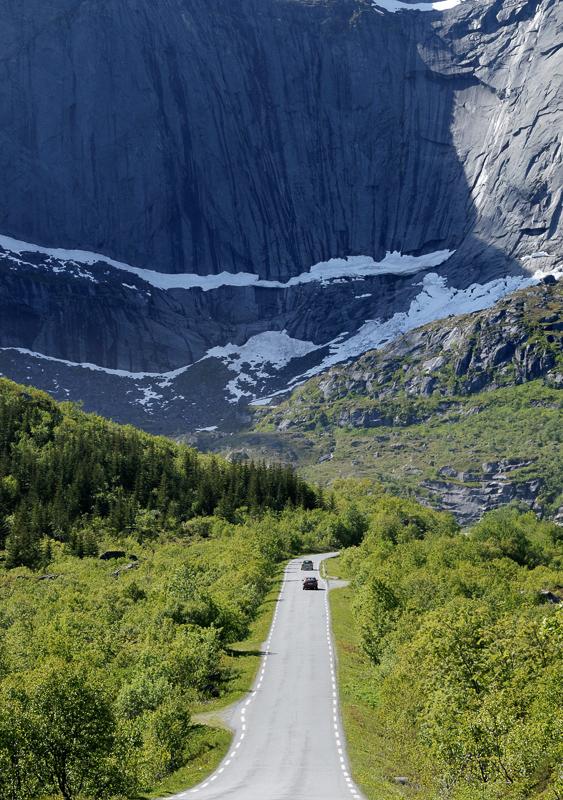 På vei langs sideveien til Nusfjord i Lofoten © Jarle Wæhler/Statens vegvesen