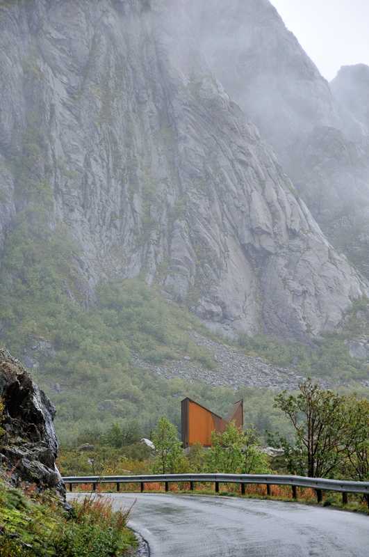 The toilet at Akkarvikodden compeets with the mountains © Steinar Skaar/Statens vegvesen