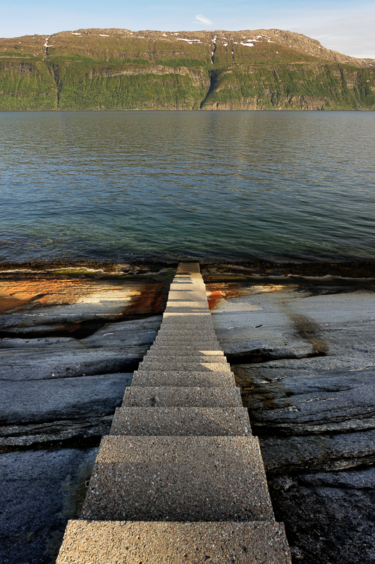 Trappa på Hellåga fører ned i vannet. Nasjonal turistveg Helgelandskysten © Jarle Wæhler/Statens vegvesen