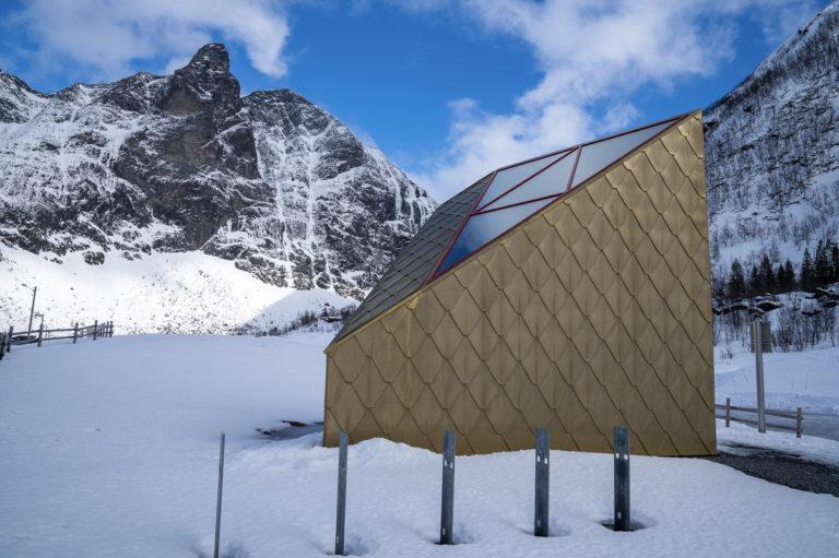 «Gulldassen» på Nasjonal turistveg føyer seg pent inn i vinterlandskapet © Frid-Jorunn Stabell
