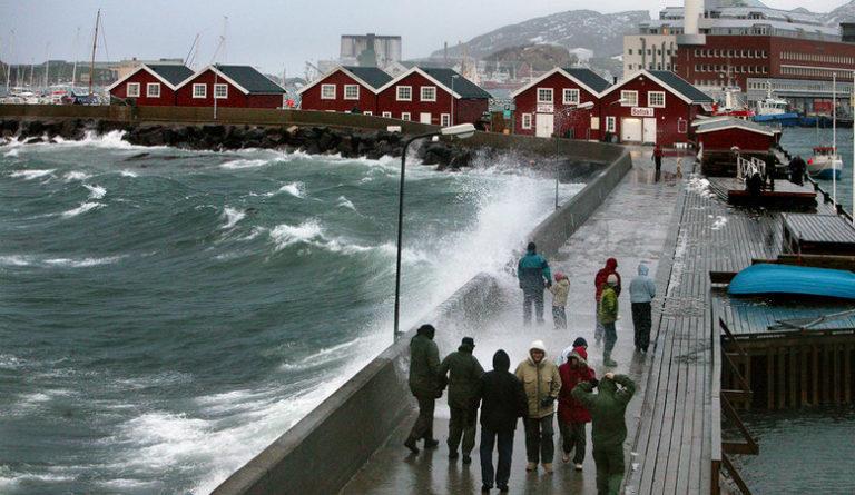 Moloen i Bodø er selveste velkomstkomiteen for en storm fra sørvest © Ernst Furuhatt