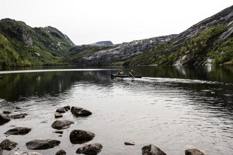 Vi setter ut på Sørfjordvatnet © Knut Hansvold