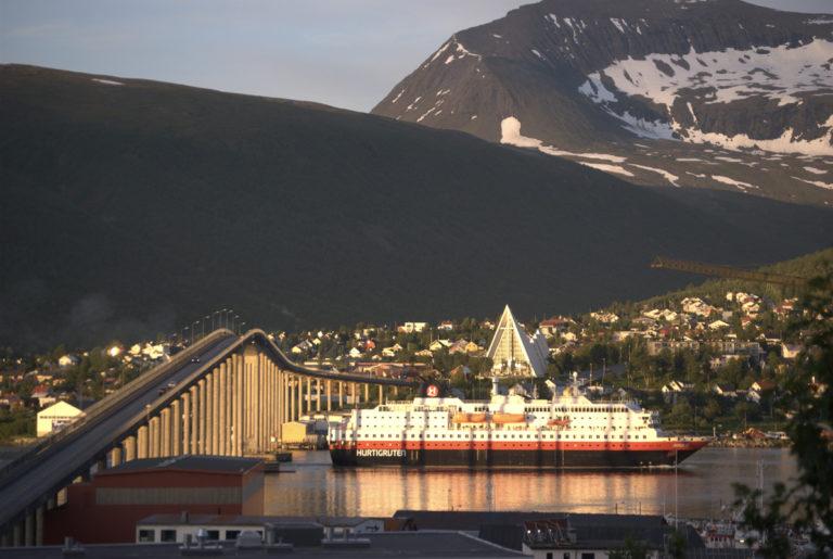 Klokka er rett før 12., og sørgående hurtigrute går til kai i Tromsø © Knut Hansvold