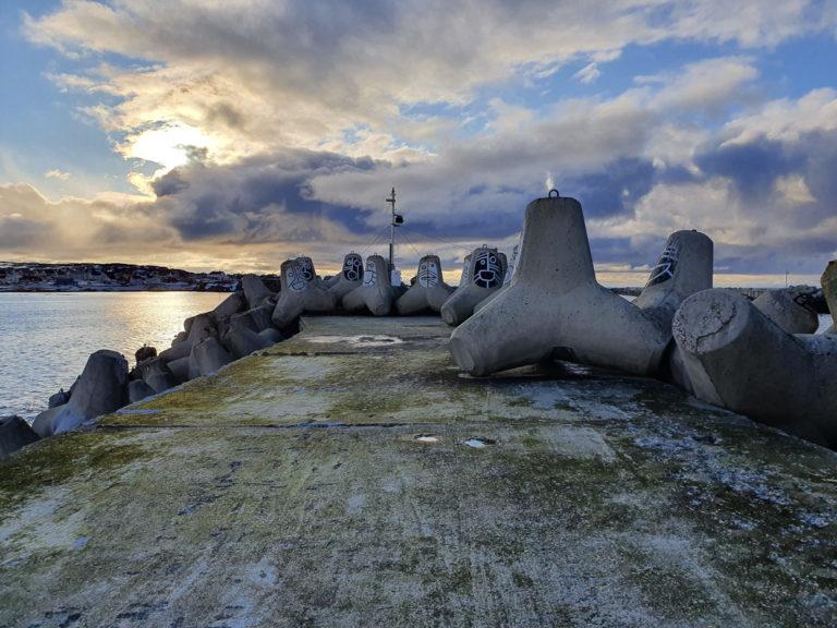 Moloen i Berlevåg med tetrapodene som vikler seg inn i hverandre og blir sterkere for hver storm © Linda Fredriksen