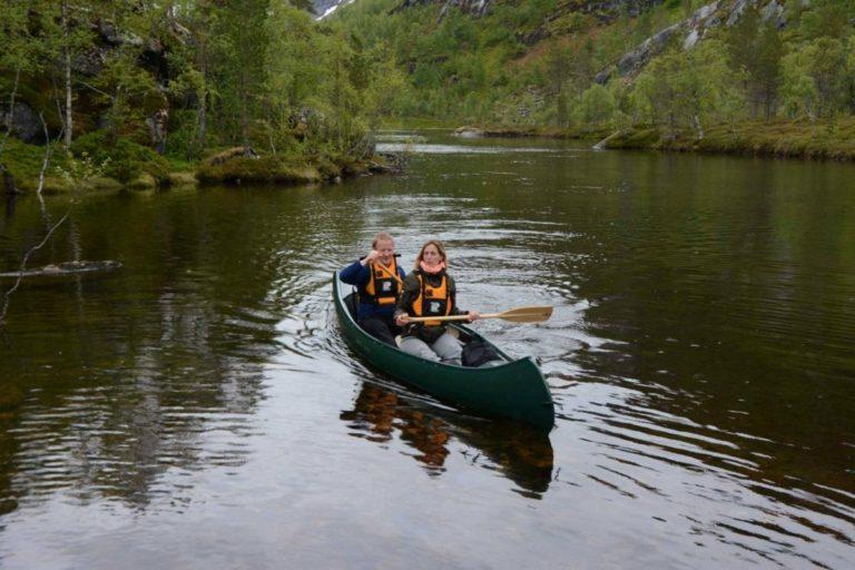 To padlere på vei til stedet du må bære kanoen © Knut Hansvold