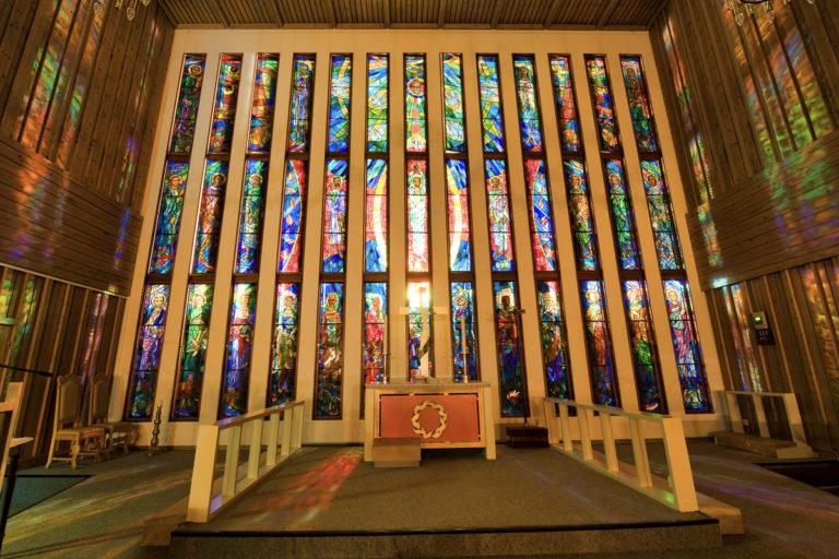En fargestrålende glassmosaikk i Båtsfjord kirke. Båtsfjord er fiskerihovedstaden og det største fiskeværet på Varangerhalvøya