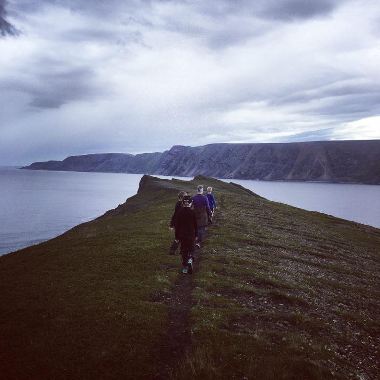 Vandring i arktisk natur er lettere enn du tror. Her er en gjeng på vei til Skarvskiten © Privat