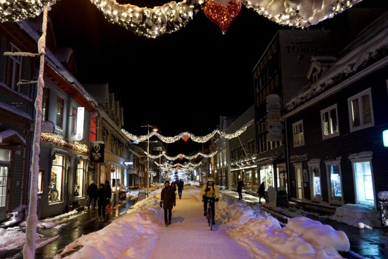 I Storgata må man av og til skreve over snøskavlene. Husk gode sko © Knut Hansvold