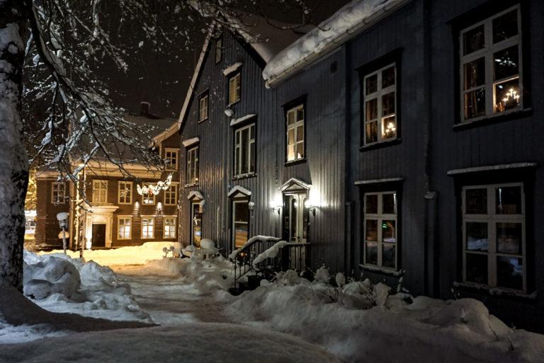 På vei ned Bispegata for å svinge inn i Storgata © Knut Hansvold