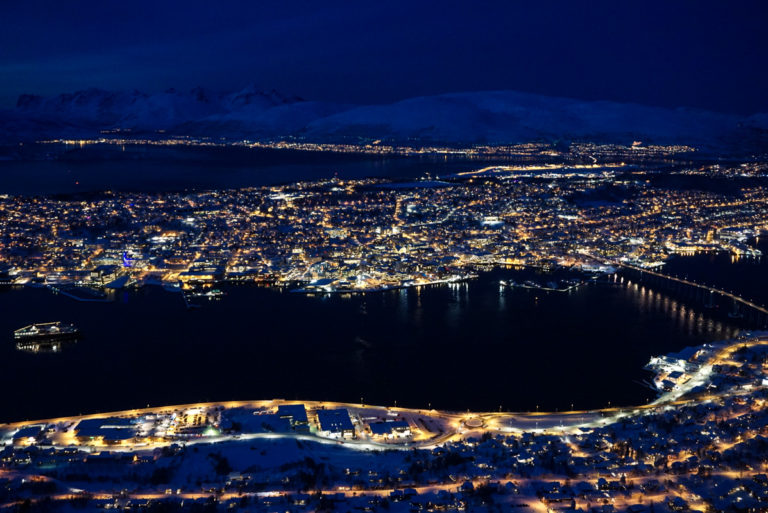 Nordgående hurtigrute på vei inn til Tromsø i blåtimen © Knut Hansvold