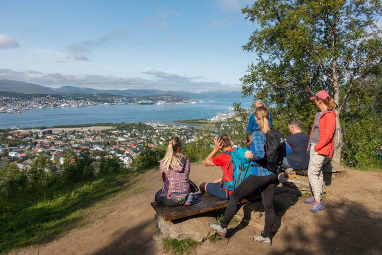 Omtrent halvveis på turen opp er det et tilrettelagt punkt hvor man kan slappe av i noen minutter © Mats Hoel Johannessen